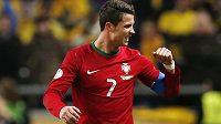 Cristiano Ronaldo oslavuje svůj hattrick do sítě Švédska.