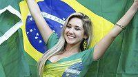 Brazilská fanynka pózuje s vlajkou během zápasu s Chorvatskem.