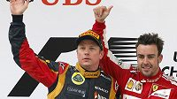 Dnes soupeři, příští rok parťáci. Kimi Räikkönen v barvách Lotusu (vlevo) a pilot Ferrari Fernando Alonso na stupních vítězů po Velké ceně Číny.
