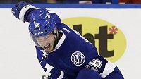 Útočník Tampy Bay Nikita Kučerov oslavuje svou premiérovou trefu v NHL.