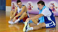 Čeští basketbaloví reprezentanti Tomáš Satoranský (vlevo) a Jan Veselý by mohli zamířit do zámořské NBA.