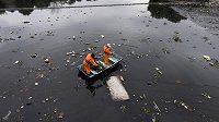 Úklid odpadků na řece Meriti před ústím do olympijské zátoky Guanabara Bay v Riu.