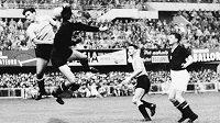 Maďarský gólman Gyula Grosics na dobovém snímku z roku 1954 zasahuje v utkání s Uruguayí.