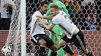 Skhodran Mustafi z Německa se raduje ze svého gólu proti Ukrajině.