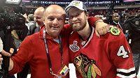 Zdeněk Matějovský s finským bekem Kimmo Timonenem po triumfu Chicaga ve Stanley Cupu 2015.