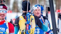 Ondřej Moravec se zdraví s francouzským biatlonistou Martinem Fourcadem v cíli stíhacího závodu v Kontiolahti.