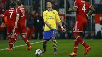 Záložník Arsenalu Mesut Özil během utkání Ligy mistrů na hřišti Bayernu Mnichov.