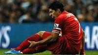 Útočník Liverpoolu Luis Suárez po jednom ze zákroků v utkání s Manchesterem City.