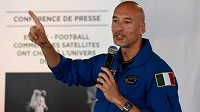 Italský kosmonaut Luca Parmitano dával rady fotbalistům.