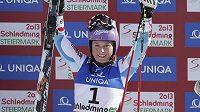 Francouzská lyžařka Tessa Worleyová se raduje ze zlaté medaile na MS ze závodu v obřím slalomu.