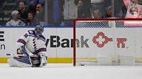 Brankář týmu New York Rangers Henrik Lundqvist inkasuje gól v zápase proti Buffalu.