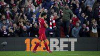 Mohamed Salah slaví s fanoušky Liverpoolu svoji trefu proti Manchesteru City.