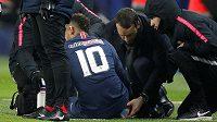 Neymar z Paris St Germain v péči lékařů při utkání se Štrasburkem.