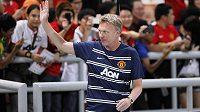 Trenér Manchesteru United David Moyes zdraví fanoušky během přátelského utkání v Bangkoku.