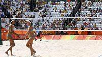 Poloprázdné tribuny při zápase australských plážových volejbalistek Clancyové a Bawdenové.