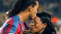 Bývalý brazilský fotbalista Ronaldinho se svou matkou Miguelinou. Archivní foto