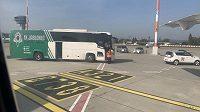 Autobus fotbalistů Jablonce na letištní ploše.