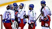 Česká hokejové reprezentace se raduje z vítězství nad Rusy. Zleva Alexander Salák, Petr Čáslava, Petr Nedvěd, Jiří Novotný a Tomáš Vincour.