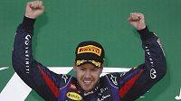 Sebastian Vettel se raduje po vítězství v Suzuce.