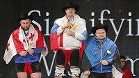 Alexej Lovčec (uprostřed) je vítězem světového šampionátu.