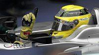 Jsem jednička! Jasné gesto Nico Rosberga v cíli Grand Prix Číny.