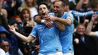 Záložník Manchesteru City Samir Nasri (vlevo) se raduje se spoluhráčem Pablem Zabaletou z gólu.