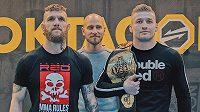 Samuel Krištofiš (vlevo) a David Kozma jako držitel mistrovského pásu organizace Oktagon MMA. Zůstane mu i po bitvě se slovenským bojovníkem?