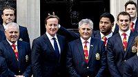 Ragbista Manu Tuilagi si tímto gestem udělal legraci z britského premiéra Davida Camerona.