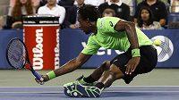 Francouz Gael Monfils se snaží odehrát míček v zápase proti Rogeru Federerovi.