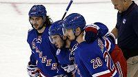 Mika Zibanejad (uprostřed) z NY Rangers dohrál, se zlomenou nohou mu z ledu pomáhají Chris Kreider (20) a Mats Zuccarello (36).