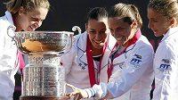 Zleva Karin Knappová, Flavia Pennettaová, Roberta Vinciová a Sara Erraniová s trofejí pro vítězky Fed Cupu.