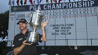 Americký golfista Jimmy Walker s trofejí pro vítěze PGA Championship.