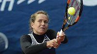 Barbora Strýcová na turnaji Prague Open při utkání se Samanthou Stosurovou.