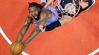 DeAndre Jordan (vlevo) ještě v dresu Clippers bojuje o doskok s pivotem Orlanda Nikolou Vučevičem během utkání NBA.