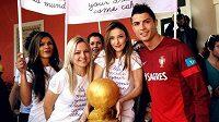 Cristiano Ronaldo dostal od lisabonských pekařek dort ve tvaru Zlatého míče.