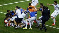 Obrovská radost řeckého týmu poté, co Georgios Samaras proměnil v nastaveném čase pokutový kop.