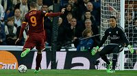 Edin Džeko v gólové šanci selhal, branku Realu netrefil. Vpravo gólman madridského týmu Keylor Navas.