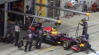 Vůz Sebastiana Vettela ze stáje Red Bull opouští dění VC Rakouska.