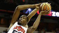 Basketbalista Oklahoya City Kevin Durant (52) v souboji s Anthonym Davisem (42).