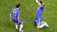 Autor vítězného gólu Chelsea ve finále Evropské ligy Branislav Ivanovič se raduje s Juanem Matou z výhry nad Benficou.
