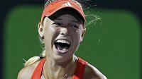 Caroline Wozniacká se raduje z vítězství nad Serenou Williamsovou.