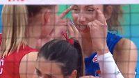 Srbská volejbalistka Sanja Djurdjevičová imituje svou thajskou soupeřku.