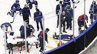 Obránce Toronta Jake Muzzin byl po nešťasté srážce převezen do nemocnice. Měl by být v pořádku.
