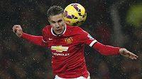 Robin van Persie, kanonýr Manchesteru United, střílí gól v utkání proti Newcastlu.