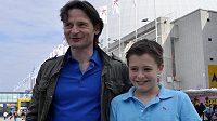 Bývalý hokejový útočník Otakar Vejvoda se synem Alexandrem před stockholmskou halou Globen