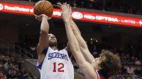 Basketbalista Washingtonu Jan Veselý se snaží zablokovat střelu Evana Turnera z Philadelphie.