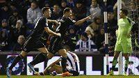 Fotbalista Chelsea Branislav Ivanovic (vpravo) slaví se spoluhráčem Garym Cahillem gól proti West Bromwichi.