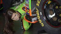 Danica Patricková pozorně prohlíží svůj nadupaný Chevrolet o výkonu 850 koňských sil, s nímž v Daytoně vyrazí do prestižního závodu série NASCAR.