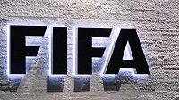Muž stojící před logem FIFA.