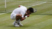 Novak Djokovič po wimbledonském triumfu opět jedl trávu.